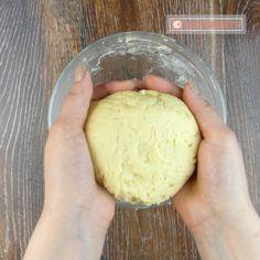 """Prăjitura """"Duet"""" este un desert rapid, aromat si foarte ușor de preparat. Prăjitura este compusă din blatul moale și gustos, amestecul aromat din brânză de vaci și stratul de ciocolată topită care acoperă frumos prăjitura."""