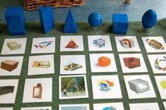 Deze kaarten kunnen worden gebruikt bij de geometrische lichamen om de kinderen de geometrische vormen in de wereld om hen heen te leren herkennen.