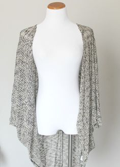 We've been on the hunt for the perfect knit kimono and we've found it! Soft knit kimono has such an amazingly comfortable fit. Slightly oversized and flowy. Material is a knitted mixture of black, white, and gray. Wear this kimono with a crop top and highwaisted denim shorts for a simple casual s...