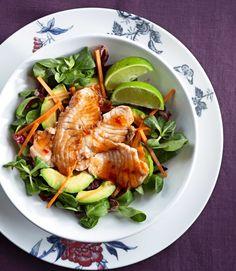 Lohisalaatti – rucolaa, avokadoa ja chiliä