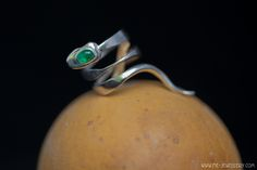 Zilveren smeedring 'slang' met smaragd | Forged silver ring 'snake' with emerald Bohemian Gypsy, Handmade Jewellery, Belly Button Rings, Snake, Emerald, Gothic, Silver Rings, Inspiration, Accessories