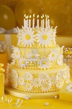Beautiful Cake Pictures: Yellow Cake with White Daisies - Elegant Cakes, Flower Cake, Yellow Cakes - Beautiful Cake Pictures, Beautiful Cakes, Pretty Cakes, Cute Cakes, Yellow Birthday Cakes, Yellow Cakes, Daisy Cakes, Cake Stock, Birthday Cake With Candles