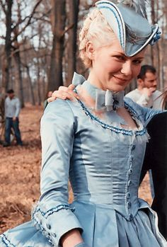 Kirsten Dunst and Sofia Coppola during the filming of Marie Antoinette. Sofia Coppola, Marie Antoinette Movie, Marie Antoinette Costume, Rococo Fashion, Vintage Fashion, 18th Century Fashion, Period Outfit, Kirsten Dunst, Madame