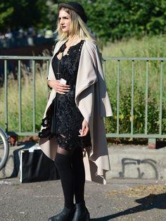 Perfekter Berlin-Look: Street-Style während der Fashion Week Berlin mit schwarzem Kleid, beigefarbenem Cape und Melonenhut. Dazu passen rockige Accessoires und die trendigste Lippenfarbe dieses Sommers: Lippen in Beerentönen.