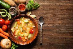 Bild der Frau -  Die Amerikaner sind uns mit Ernährungstrends oft einen Schritt voraus. Der neueste Trend nach Juicing, also Saftkuren, ist Souping, ein Detox-Programm mit Suppe. Doch was ist dran an dem Trend?