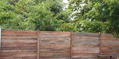 Décoration en trompe l'oeil d'un mur en fibrociment, imitation bois