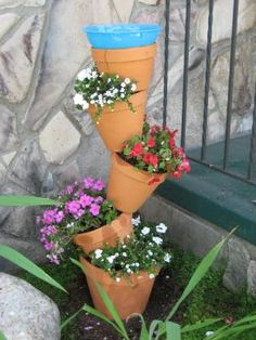 definally got to try this but instead of a bird bath all flowers. This would be super cool in my front garden next to my steps. Stacked Flower Pots, Decorated Flower Pots, Lawn And Garden, Garden Pots, Flower Tower, Living Off The Land, Garden Care, All Flowers, Bathroom Shelves