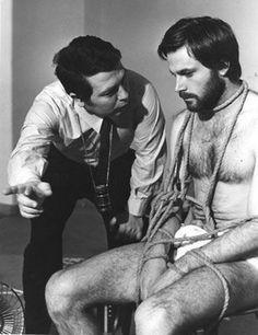 Elio Petri et Franco Nero. Le cinéma, c'est l'art de faire faire de vilaines choses à de jolis garçons.