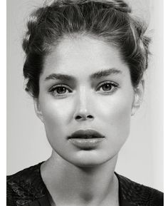 Modern Goddess–The beautiful Doutzen Kroes' looks have no doubt been described as divine before, and the March issue of Vogue Turkey sees the Dutch model… Doutzen Kroes, Most Beautiful Women, Beautiful People, Foto Top, Vogue Korea, V Magazine, Christy Turlington, Poses, Pure Beauty