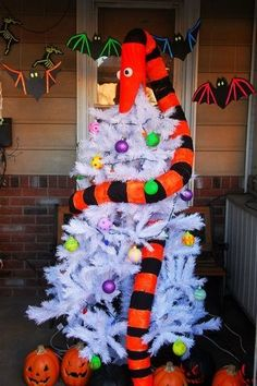 """""""The Nightmare Before Christmas"""" DIY Tree for Halloween Halloween Christmas Tree, Knitted Christmas Decorations, Nightmare Before Christmas Decorations, Nightmare Before Christmas Halloween, Unique Christmas Trees, Holidays Halloween, Christmas Themes, Halloween Crafts, Happy Halloween"""
