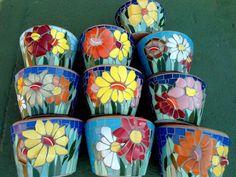vasos em mosaico com flores de louças e o preenchimento com azulejos R$ 68,00