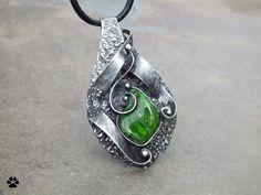 Na zelené vlně... - náhrdelník s chromdiopsidem Na zelené vlně... - náhrdelník s chromdiopsidem Autorský šperk - vyroben z mědi, cínu, drátu a chromdiopsidu.Velikostšperku je 6,5x3,6cm, kámen má rozměry 2,3x1,8cm, zavěšeno na černé kulaté kůži. Šperk je patinován, broušen, leštěn a ošetřen antioxidačním olejem. CHROMDIOPSID stále více oblíbený, nádherně ...