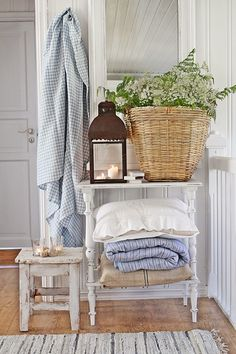 Like the wood and white shabby chic colour scheme for my bedroom