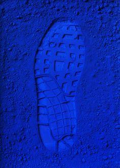 BLEU KLEIN IMAGE bleu klein se rapprochant du bleu utilisé en couleur de fond du rendu avec empreinte de chaussure rappelant la forme des cartons plumes