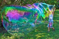 Zelf bellenblaas maken: 1 kop afwasmiddel,8 koppen warm water en 3 theelepels glycerine (te koop bij drogisterijen). Door wendyvwy Projects For Kids, Diy For Kids, Cool Kids, Crafts For Kids, Bubble Diy, Kids Corner, Experiment, Happy Kids, Creative Kids