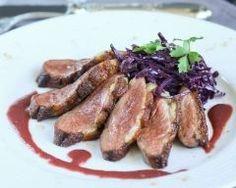 Magrets rôtis au gingembre, compotée de chou rouge à la bière, sauce aux griottes (facile, rapide) - Une recette CuisineAZ