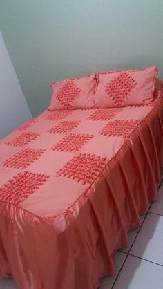 kit colcha +2 porta travesseiros , confeccionada em tecido oxford e barra de cetim seda, com detalhes da tecinica artesanal em capitonê