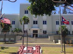U.S. Engineer Office 11:12 am. Las banderas estaban en males condiciones más el árbol de frente al edificio.