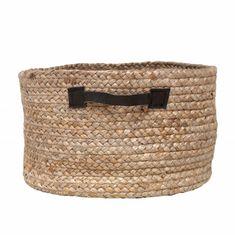 Was für ein robuster Korb! Dieser Hanfkorb von Storebror ist ideal zum hinstellen für Kaminholz, Zeitschriften oder kleinem Kram! Mit Leder Handgriffen. Coole