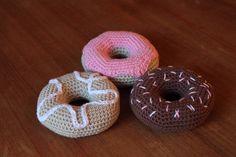 För ungefär ett år sedan virkade jag två stycken beställningar på kakor och annat fika. Jag har sedan dess fått önskemål om att dela med mig av mönstret på mina munkar, och nu har jag äntligen fått tid att virka och fota och skriva ner mönstret. Klicka på bilderna ovan för att komma till inläggen o Crochet Food, Knit Crochet, Crochet Designs, Crochet Patterns, Some Ideas, Diy Tutorial, Doughnut, Baby Toys, Diy And Crafts