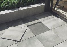 Taras, płyty tarasowe, kamień na tarasie. Specjalne wsporniki pozwolą podnieść taras o kilka centymetrów. Płyty gresowe Solid 2.0 - Beton - Opoczno