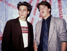 boys Matthew Perry and Johnny Depp. Can this picture BE any sexier Friends Tv Show, Tv: Friends, Friends Cast, Friends Moments, Friends Series, Chandler Friends, Johnny Depp Joven, Johny Depp, Chandler Bing