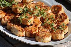 Tunnbrödssnittar med parmesan, prosciuotto, crème fraiche och sambal