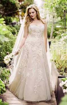 strapless plus size lace bridal dress / http://www.himisspuff.com/plus-size-wedding-dresses/3/