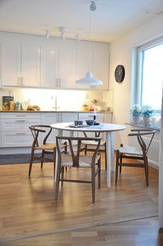 Ikea Scandinavian kitchen dining area | Planete Deco