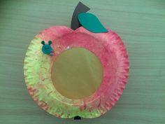 Apfel-Laterne Passend zu unserem Apfelprojekt, haben wir mit unseren Kindern aus Papptellern eine Apfellaterne gebastelt.