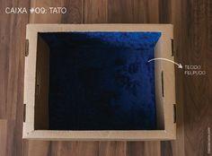 Caixa #09: Tato Forramos a caixa por dentro com um tecido felpudo e macio e por fora colamos círculos de lixa áspera para as crianças explorarem as sensações opostas. Muitos bebês foram colocados sentadinhos dentro da caixa para sentir a maciez da pelúcia.