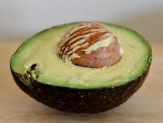 O abacate é uma fruta supernutritiva. Rico em gordura saudável, ajuda a perder peso e oferece muitos benefícios ao nosso corpo, graças aos nutrientes essenciais, como: - Vitamina E - Fibra - Vitaminas do complexo B