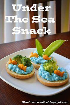 Under the Sea : Goldfish Crackers, Broccoli, Sugar Snap Peas, Cottage Cheese with Blue Food Coloring on Top of Bagel Halves. Cute Food, Good Food, Goldfish Crackers, Ritz Crackers, Graham Crackers, Toddler Snacks, Kid Snacks, Ocean Snacks, Camp Snacks