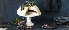 Näyttävä mustikka-valkosuklaakakku sopii itsenäisyyspäivän kahvipöytään. Resepti noin 1,75€/annos*.