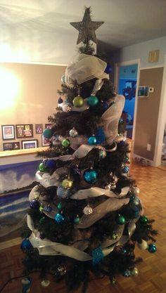 Sapin de Noël - couleur thème bleu, turquoise, vert et argent Bleu Turquoise, Christmas Tree, Holiday Decor, Home Decor, Green, Color, Fir Tree, Money, Teal Christmas Tree