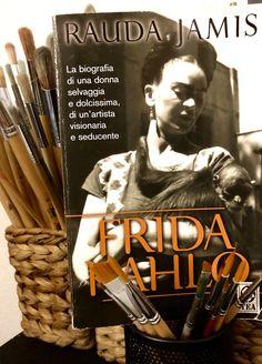 ...Ho scelto questa tra le numerose biografie su Frida Kahlo, scritta da Rauda Jamis, perché la ritengo un'ottima biografia molto fedele alla realtà e piacevole da leggere. Il libro inoltre contiene alcune fotografie di Frida, sue frasi e aneddoti divertenti che non si sentono spesso...