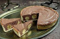 Banánový dort s čokoládovou pěnou | NejRecept.cz125 gmáslo 250 ghladká mouka 100 gkr. cukr 50 gmandle 1 ksvejce Dále budeme potřebovat: 200 gčokoláda 50 mlsmetana ke šlehání 50 gmáslo 250 gsmetanový sýr 100 gmoučkový cukr 2 lžícerum 250 mlsmetana ke šlehání 3 ksbanán