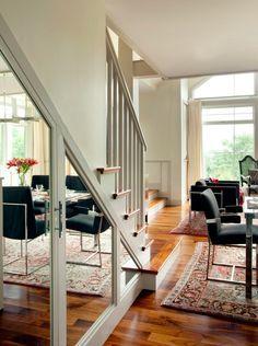 ¿Qué tal unas puertas espejadas? | 27 maneras ingeniosas de utilizar el espacio debajo de tus escaleras