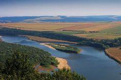 У передгір'ї Карпат на Львівщині, на висоті майже дев'ятисот метрів, бере початок одна із найбільш загадкових й цікавих річок –...