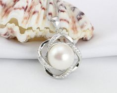 flower pearl pendant necklace,single pearl pendant, large pearl pendant,wedding pearl necklace,bridal pearl necklace,bridesmaid pendant gift