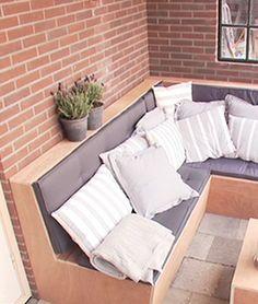 Deze robuuste, hippe loungebank met opbergruimte past in iedere tuin. Je maakt hem van watervast multiplex dus hij is prima bestand tegen onze Nederlandse zomers! Hoe je deze klus aanpakt, leer je in het stappenplan.