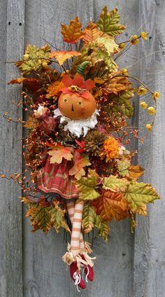 Com o advento do outono, os parques da cidade e as florestas tornam-se extraordinariamente atraentes, graças a folhas vermelhas e amarelas brilhantes.  Eles são um excelente material para artesanato decorativo, incluindo uma grinalda de outono.  A coroa de outono original, exceto as folhas, poderia ...