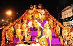 Integrantes da escola aguardam início do desfile. Samba-enredo da Águia de Ouro leva o tropicalismo ao Anhembi.