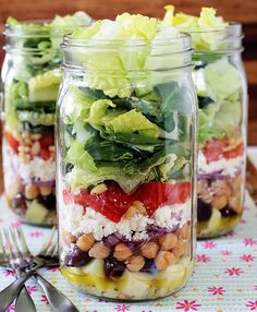 griechischer salat # Food and Drink lunch mason jars 24 Healthy Mason Jar Meals Mason Jar Lunch, Mason Jars, Mason Jar Meals, Meals In A Jar, Mason Jar Recipes, Salad In A Jar, Soup And Salad, Clean Eating, Healthy Eating