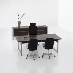 Deciso Tables with character The tables of the Deciso family come in several sizes. All of them come with a strong steel frame with an integrated cable duct to meet exacting standards.