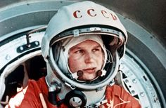 Valentina Tereshkova se convierte en la primera mujer en el espacio Valentina Tereshkova, Marie Curie, Badass Pictures, Jock, Mission To Mars, The Right Stuff, Space Race, Science Photos, First Humans