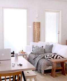 Engana-se quem pensa que a manta no sofá só é bem-vinda durante as temperaturas mais frias. Uma manta bonita pode ser usada durante o ano inteiro trazendo mais conforto e aconchego para os estofados. De materiais e cores diversas, as mantas são práticas de usar no dia a dia e podem ser trocadas facilmente. Manta no sofá!