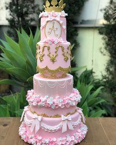 APAIXONADA por cada detalhe 🌸⚜️💕 . . Bolo Realeza para comemorar o primeiro aninho da princesa Alice 👸🏼💕 Obrigada por mais um vez confirmar… Beautiful Wedding Cakes, Gorgeous Cakes, Pretty Cakes, 15th Birthday Cakes, Birthday Cake Girls, Cake Designs For Girl, Huge Cake, Quince Cakes, Carousel Cake