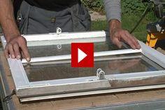 VIDEO: Med lösa spröjs kan du enkelt få ett fönster att matcha exempelvis en spröjsad terrassdörr. Fönstret ligger på ett arbetsbord och här mäts ramens höjd och bredd.