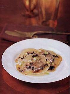 I ravioli di castagne sono un piatto di pasta insolito ma buono, adatto per una cena raffinata. Provateli se volete un primo piatto pieno dei sapori autunnali.
